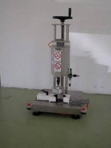 Masina semiautomata de inchis cu capace