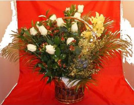Cos cu trandafiri si orhidee de la Floraria Stil
