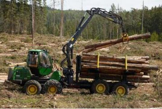 Utilaj forestier de transportat busteni (forwarder) de la Elmas