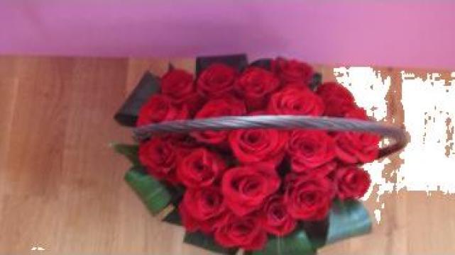Cos impletit cu trandafiri rosii de la Sc Floraria Floarea Vietii Srl