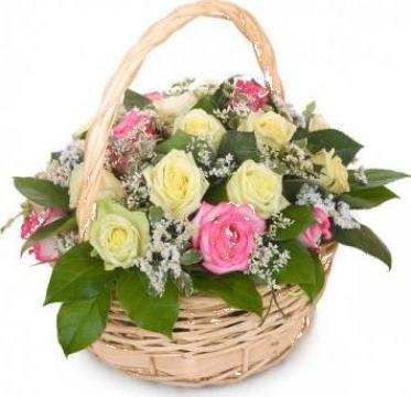 Cos flori 21 trandafiri multicolori de la Floraria Rosalia