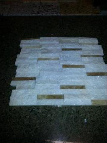Mozaic scapitat marmura alba-onyx caramel de la Geo & Vlad Com Srl