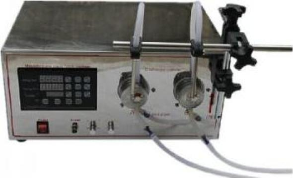 Masina de umplere lichid cu pompa magnetica cu duza dubla de la Doral Hall Coding Srl
