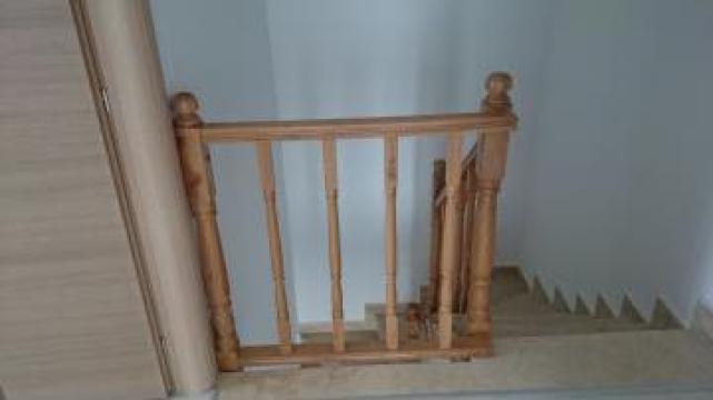 Balustrada lemn stejar pe scara din marmura