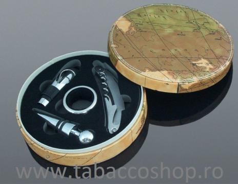 Cutie din lemn si piele ecologica cu 4 accesorii de vin de la Maferdi Srl