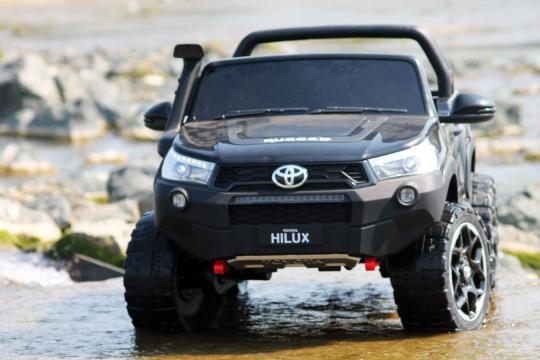Jucarie masinuta electrica pentru 2 copii Toyota Hilux 4WD