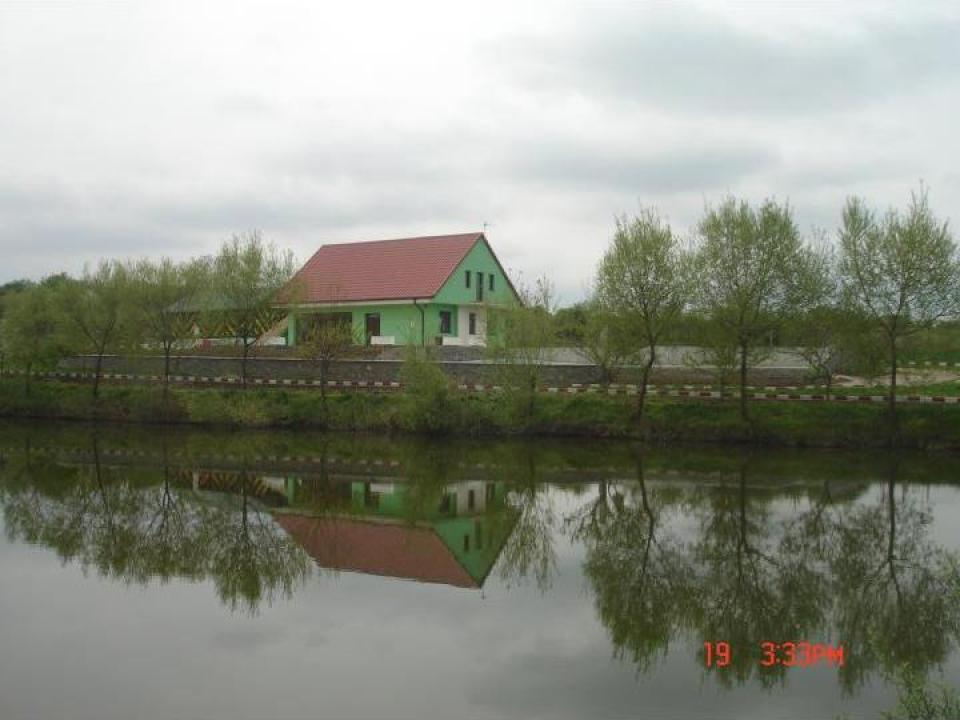 Casa de vacanta cu lac cu luciu de apa 1h, teren aferent 4ha